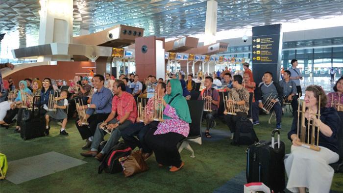 Photo of Musik Angklung dan Lukis Batik Sihir Penumpang Transit Bandara Changi
