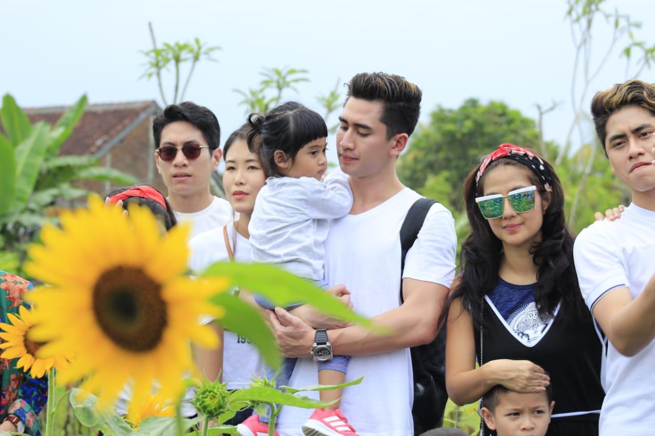 Photo of Liburan Akhir Tahun ke Lombok, Verrel Bramasta Bawa Keluarga ke Pasar Botani