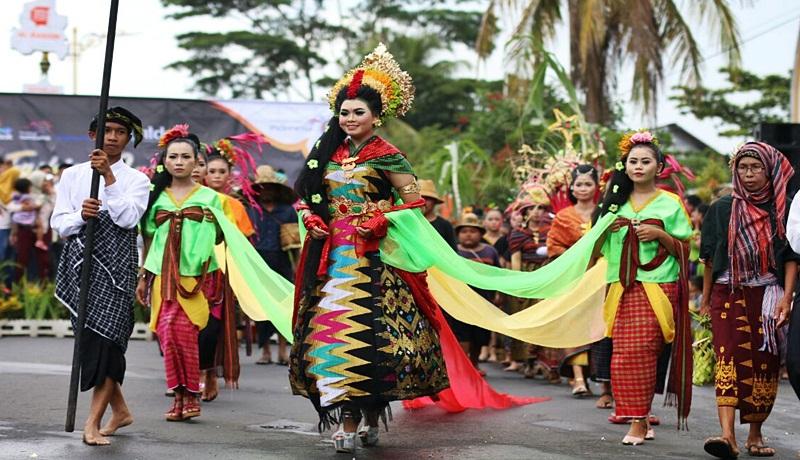 Peserta Fashion Carnival Bau Nyale.