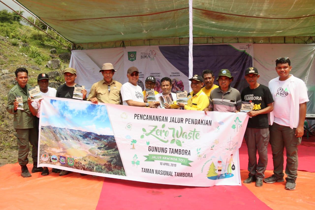 Photo of Peserta Teka Tambora Kampanyekan Program Zero Waste Di Jalur Pendakian Gunung Tambora