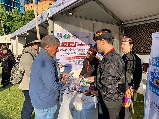 Booth Lombok melayani pertanyaan pengunjung Festival Indonesia