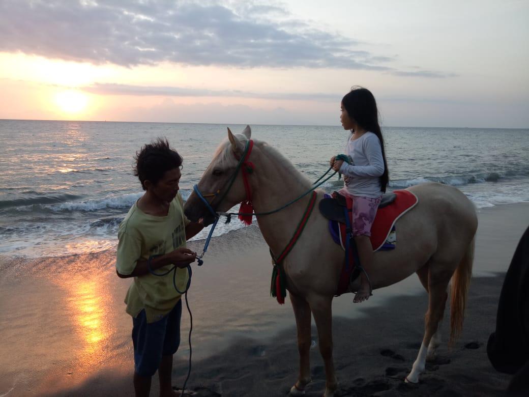 Photo of Merasakan Sensasi Berkuda di Tanjung Bias