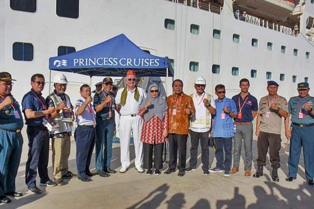 Foto bersama, Wagub NTB dan Nakhoda Sun Princess Cruise