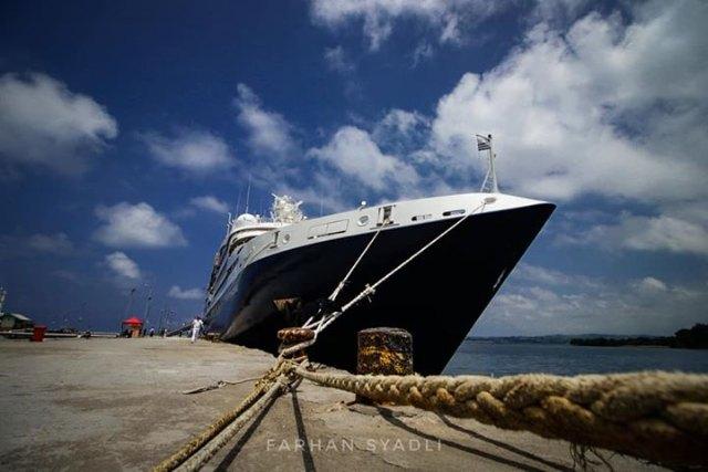 Kapal Pesiar Le Laperouse, Perancis, Sandar di Pelabuhan Badas Sumbawa