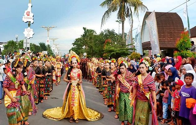 Putri Mandalika diiringi para Dedare Sasak Lombok, di Fashion Carnival Bau Nyale