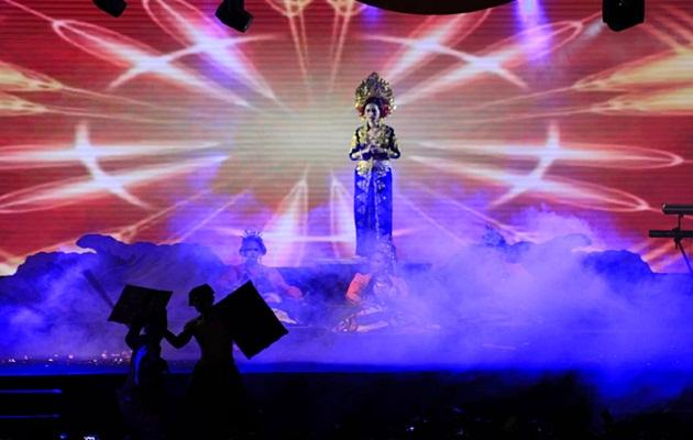 Putri Mandalika di panggung utama, malam puncak Bau Nyale dan siluet dua petarung Peresean.