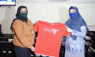 Ketua GenPINas menyerahkan Merchandise GenPI Kepada Ibu Wagub NTB