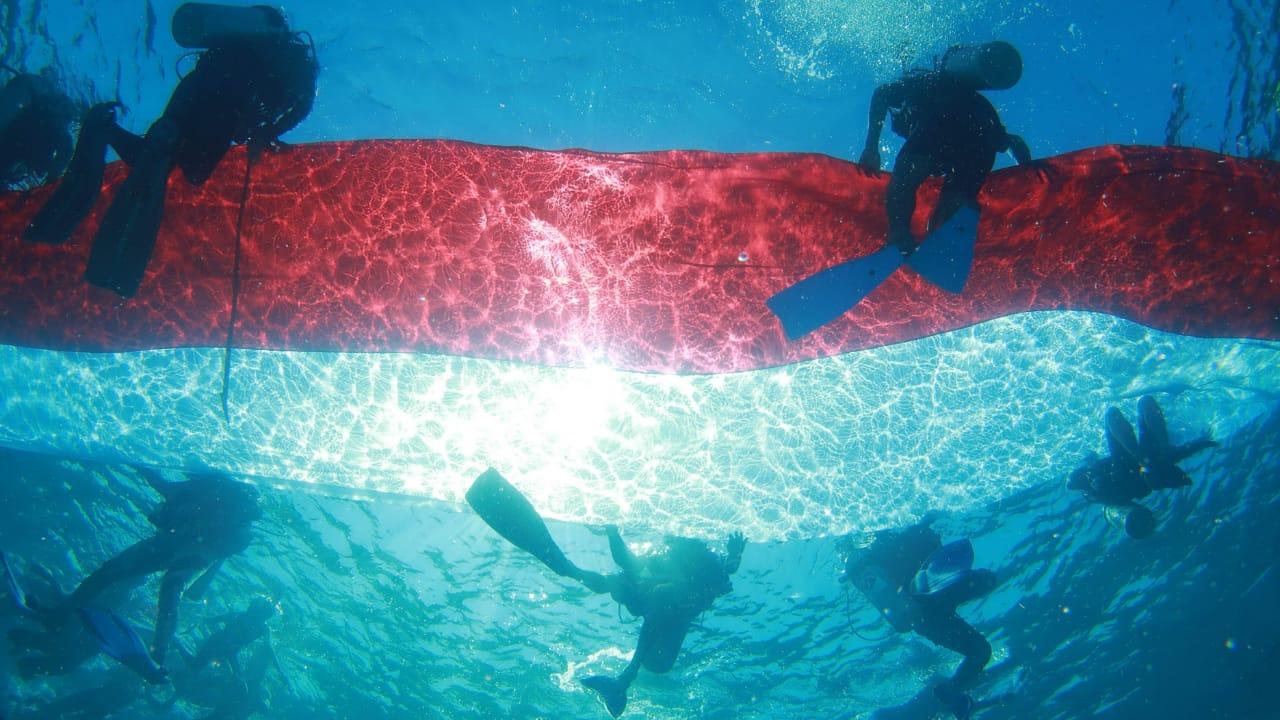Photo of Pengibaran Sang Merah Putih di Taman Bawah Laut Gili Air, Pulau Lombok