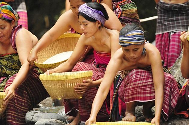 Prosesi mencuci beras di Maulid Adat Bayan