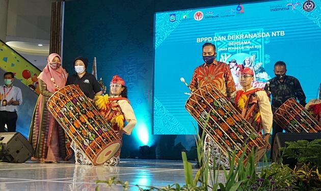 Pemukulan Gendang Beleq sebagai tanda launchingnya Accomodation Expo dan Tenun Festival 2020
