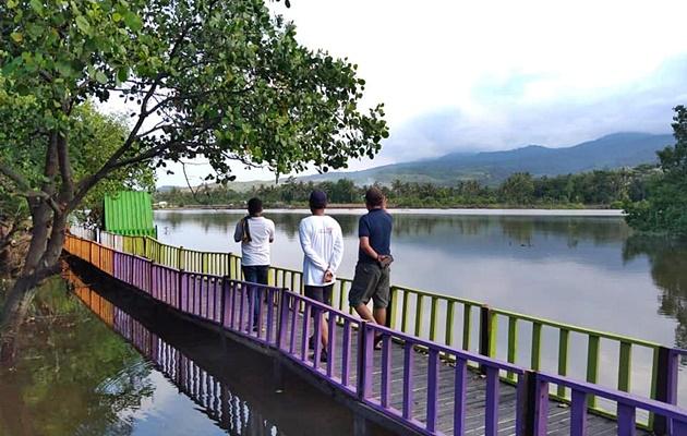 Ketua BPPD Lotim, Kades Sugian dan PIC Family Camp berdiskusi di setapak danau payau