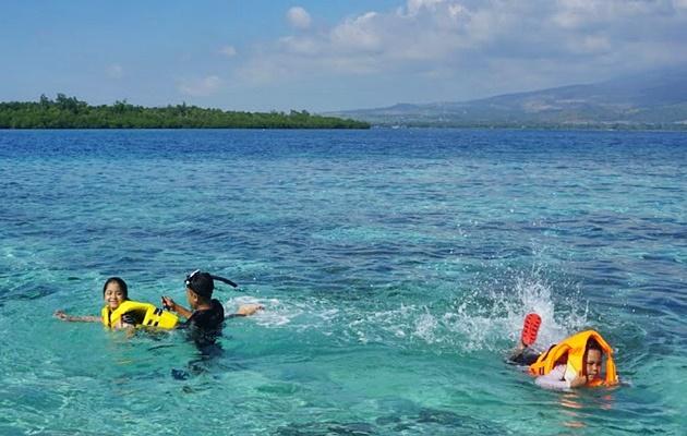 Ceria dan amannya anak-anak ikut snorkeling di Desa Wisata Sugian